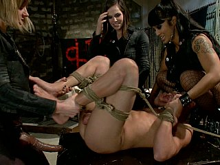 A mister picks up his buttlock pissed by three girls